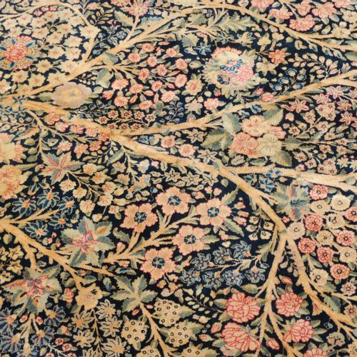 Yazd 亚兹德  Z波斯,约1910年。 一棵色彩斑斓的生命之树在午夜的蓝色地面上延伸至整个场地,两侧是变化多样的花卉组合和卷须带。在同一色调的花卉主边框上覆…