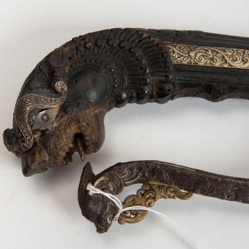 Kurzsäbel, Kastane 短马刀,铸币  锡兰,17/18世纪。 精心切割的铁柄,上面有神话中的动物头像和银质覆盖物。握把上精雕细琢的鞍座是一个神话…