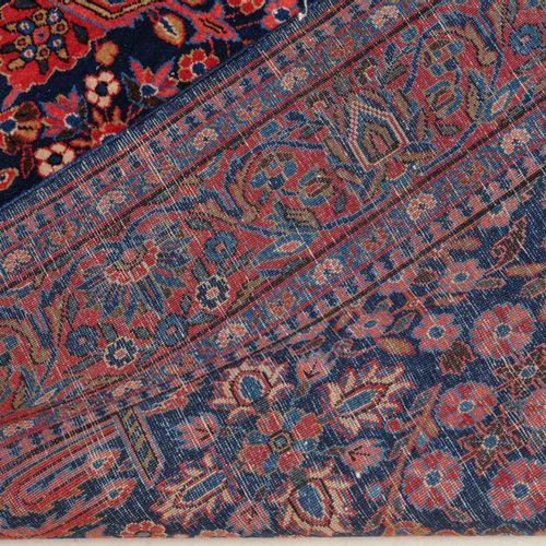 KASHAN Kashan  Z Persia, c. 1910. Un fondo azul noche muestra un medallón decora…