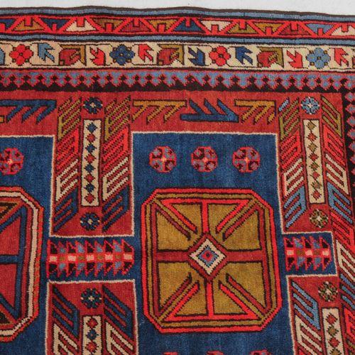 KARABAGH Karabagh  S Kaukasus, um 1930. Im roten Mittelfeld ruhen 3 blaue, mitei…