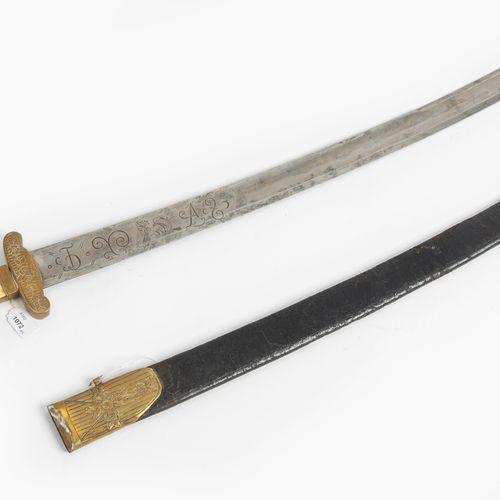 Jagdplaute 打猎的牌子  德国,索林根,18世纪上半叶。 刀柄与骨柄板。后者由三个带镀金铜头的铆钉固定,中间的铆钉不见了。鎏金黄铜的手柄套筒和刻有花纹…