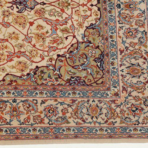 Isfahan 伊斯法罕  Z波斯,约1960年。 软木羊毛绒材料,丝绸经线。米黄色的场地上有一个对比强烈的8格圆形星形奖章,上面有2个流线,两边是丝状的花链、…