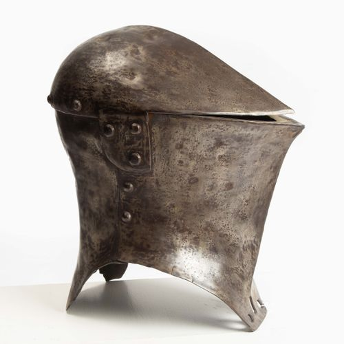 Stechhelm 刺破头盔  中欧,16世纪初的风格,可能是19世纪的作品。 由三部分组成(卡洛特,前面,后面),有大圆头的铆钉。以前明亮的抛光表面有明显的年…