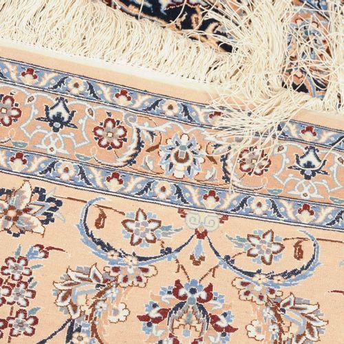 """NAÏN 纳恩  Z波斯,约1980年。 软木羊毛和丝绸绒毛材料,(4拉)。中央上方有签名 """"Iran Nain Habibian""""。非常优雅和不寻常的作品。5…"""