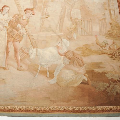 TAPISSERIE 挂毯  法国,奥布松,约1850年。 精美的丝绸作品。粉彩的农场场景。在一个农场里,一对衣着优雅的夫妇遇到了一个跪在山羊旁边的女仆。该场景…