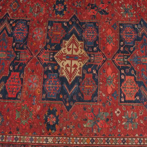 Medaillon Sumach 勋章苏木  南高加索,约1910年。 平织品上的精美针法。红色的地面上有3个相互连接的蓝色卡图徽章,两侧是次要的徽章、花朵和苏…