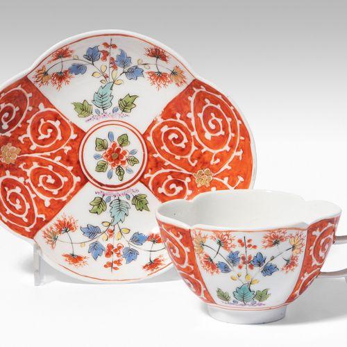 Meissen, Tasse mit Untertasse 迈森,杯子和碟子  瓷器,约1735/40。釉里红剑印,按编号17(杯)。四件式,有4段彩色伊万里装…