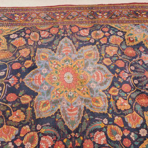 Indo Täbris 印度 塔布里斯  可能是印度,约1900年。 午夜蓝色的场地包含了一个间距很大的,有花纹装饰的浅蓝色圆星徽章,两侧是各种图案的装饰花纹,…