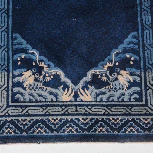 Pao Tao 宝涛  蒙古南部,约1930年。 深蓝色地面上的云中有一条飞龙,角上有4条天龙。一个蜿蜒的内边框衬托着主边框,主边框上有一个装饰性的中国图案。下…