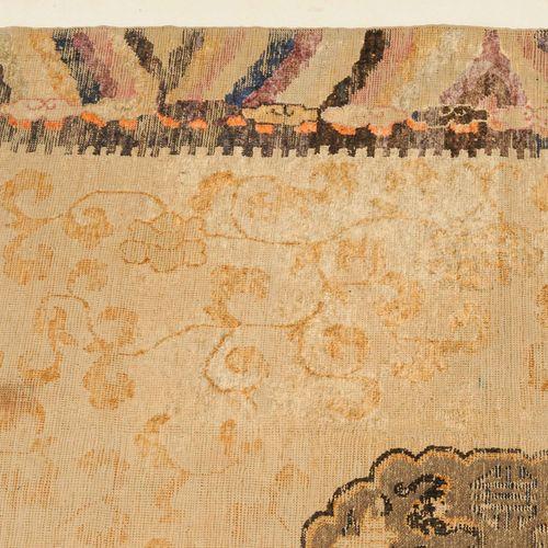 Ning Hsia Seide 宁夏丝路  Z蒙古,约1880年。 纯丝绒材料,有一个金属胸针。在黄色的中心区域有一个金属箍的圆形奖章,里面装饰着一只凤凰,两边…