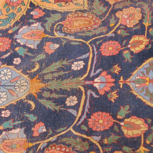 Indo Täbris Indo Täbris  Probablement de l'Inde, vers 1900. Le champ bleu nuit c…