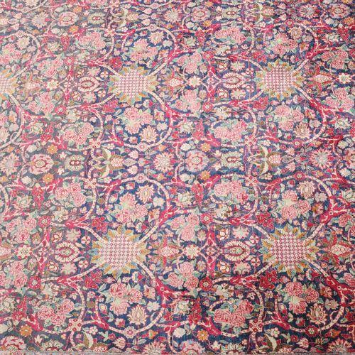 Kashan Seide 卡尚丝绸  Z波斯,约1910年。 纯丝绒和经线。优雅的午夜蓝色中心区域充满了散落的玫瑰花束、丝状的花朵和阿拉伯式的卷须带,无休止地重…