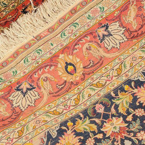"""Täbris Seide 大不里士丝绸  波斯西北部,约1960年。 纯丝绒材料和经线。在外侧边框的顶部和底部中央有 """"伊朗大不里士 """"的签名。一个白色、绿松石…"""