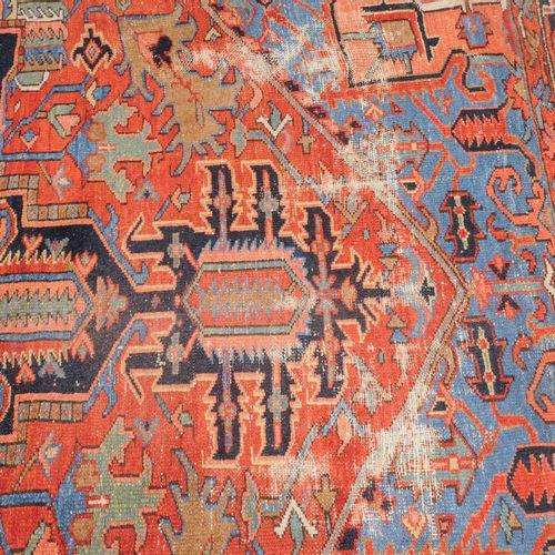 KARAJA 卡拉贾  波斯西北部,约1900年。 一个辉煌的Heriz奖章与2个大方的棕榈垂饰位于红色的中央区域,两侧是强烈的几何形状的卷叶、花朵、树枝和4个…