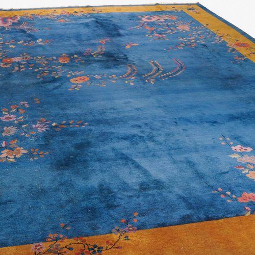 Nicols 尼科尔斯  中国,约1930年。 饰有叶子和花朵的枝条向侧面伸出,在浅蓝色的地面上,里面有时尚的花链和蝴蝶的装饰。宽大的黄色边框上有装饰性的花朵,…