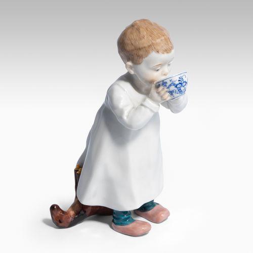"""Meissen, Figur """"Kind, aus einer Tasse trinkend"""". Meissen, Figur """"Kind, aus einer…"""