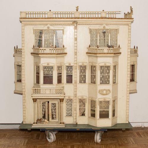 Grosses Puppenhaus 大娃娃的房子  英国,可能是Lines兄弟公司,约1900年,有补充。(1)住房。三层楼的房子,有屋顶栏杆和2个侧窗。前门…