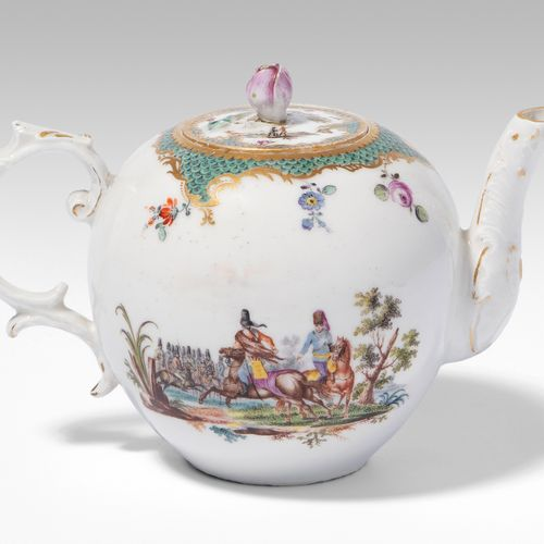 Fürstenberg, Teekanne 菲尔斯滕贝格,茶壶  瓷器,约1775年。釉里红F标记,刻有AO字样。压制的球形,壶嘴和壶把有应用的刺桐叶,部分镀金…