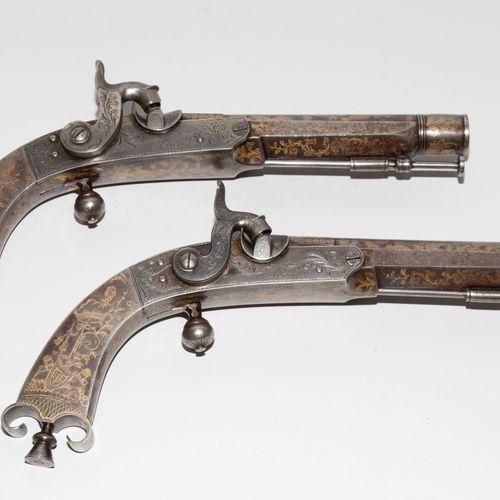 Perkussionspistolen Paar 一对打击式手枪  英国/苏格兰,1830年左右。 精心装饰的全铁武器。圆桶(长16厘米),12槽刻面腔,口径1…