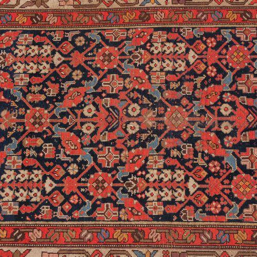 MALAYER マルタール  Z Persia,约1910年。 整个午夜蓝色的中心领域都有一个装饰性的散花。两个丝状的弯叶卷须次要边框包围着宽大的白色主边框,时…