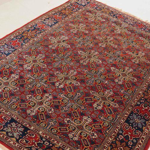 GHOM Ghom  Z Persien, um 1940. Dichtes florales Werk. Das rote Mittelfeld ist du…