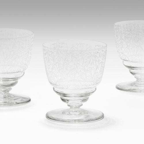 Baccarat, 6 Fussgläser 巴卡拉,6英尺玻璃杯  20世纪初,无色玻璃。雕刻着阿拉伯式的装饰。高8.5厘米。