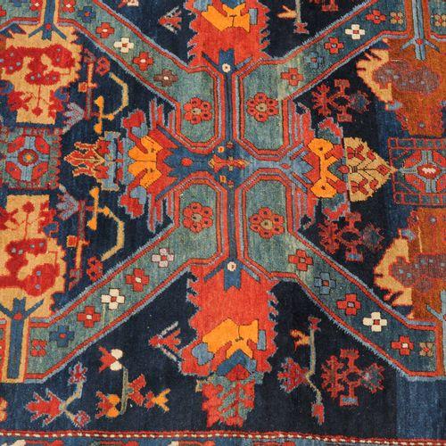 Seichur 塞丘尔  高加索北部,约1910年。2个装饰丰富的Seikhur十字架呈现在午夜的蓝色地面上,上面覆盖着小丝花,两边是风格化的花朵和装饰品。2个…