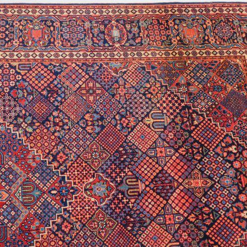 KASHAN Kashan  Z Persien, um 1910. Im nachtblauen Innenfeld liegt ein dekorative…
