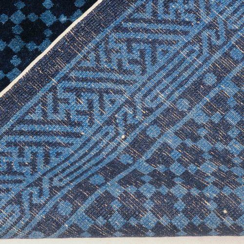 Pao Tao Pao Tao  S Mongolia, 1930 circa. Un fondo blu chiaro è decorato con un r…