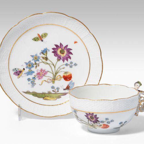 Meissen, Tasse mit Untertasse 迈森,杯子和碟子  瓷器,约1740年。釉里红剑痕,按数字6(杯)和24(U'tasse)。口部有装…