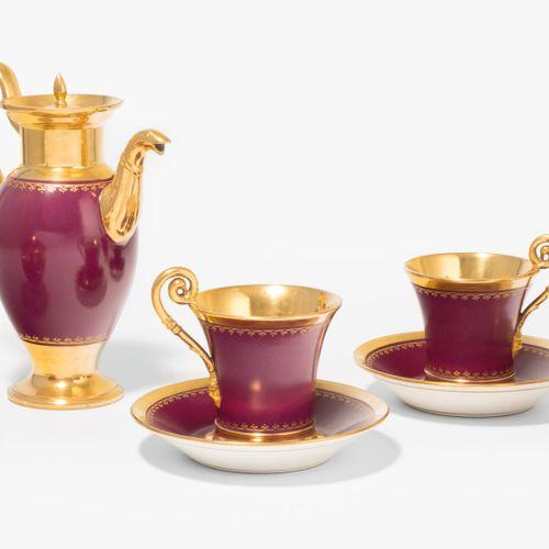 """Nymphenburg, Tête à Tête 宁芬堡的 """"对对碰""""(Tête à Tête)。  瓷器,19世纪。覆盆子色的背景,镀金。收藏品:摩卡壶,牛奶…"""