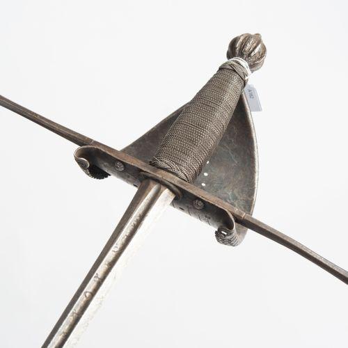 Linkhanddolch 左手匕首  意大利,17世纪的风格。 旧的和新的部分的结合。铁柄上有一个带棱角的切面球座和一个带破损边缘的年轻刺刀。钢丝包裹的枪柄上…
