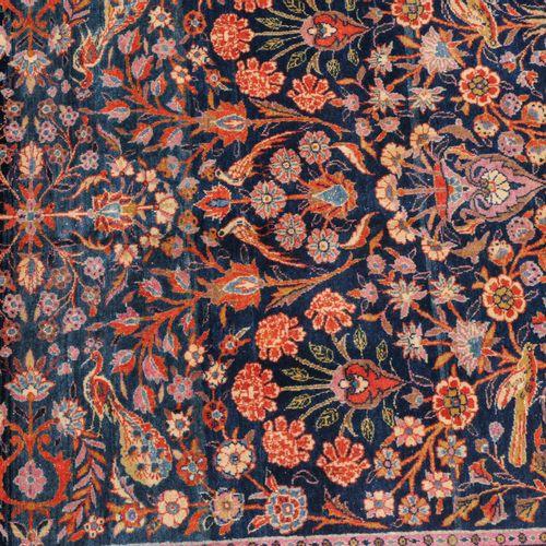 KASHAN Kashan  Z Persia, 1910 circa. Un ornamento floreale simmetrico è presenta…