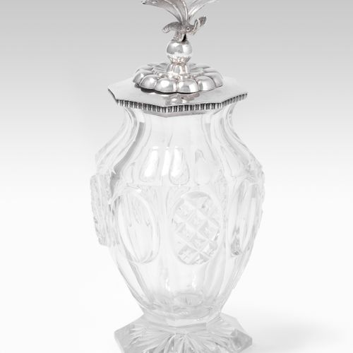 Teedose 茶叶盒  大约在1830/40年,玻璃器皿,银制盖子,上面有蜜蜂。可能是伯尔尼的Rehfues工作室。高17厘米。   磨损的脚最小。