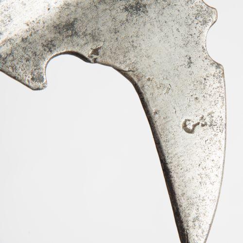 Halbarte 半胡须的斧头  意大利北部/斯蒂利亚,约1570年。 铁冠,有巨大的方尖和倾斜的斧刃,刃口微凸。喙钩有圆形的装饰性切口,四分之一面有残存的标记…