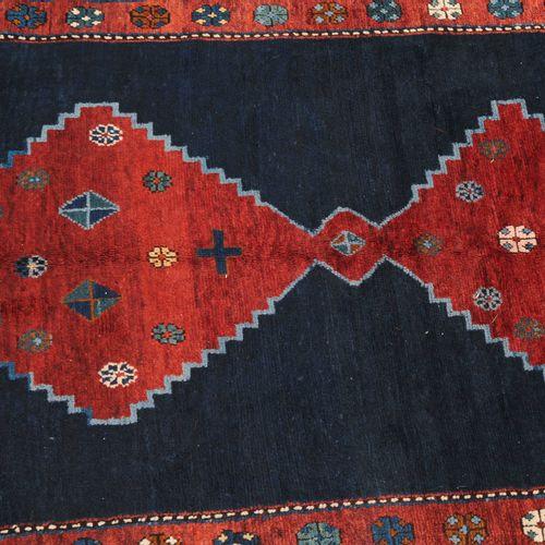 """KAZAK 卡扎克  南高加索地区,日期为 """"1940年""""。在优雅的深蓝色中心区域,有3个红色的相互连接的阶梯式钻石奖章,上面装饰着四方钻石和丝状单花。红色、蓝…"""