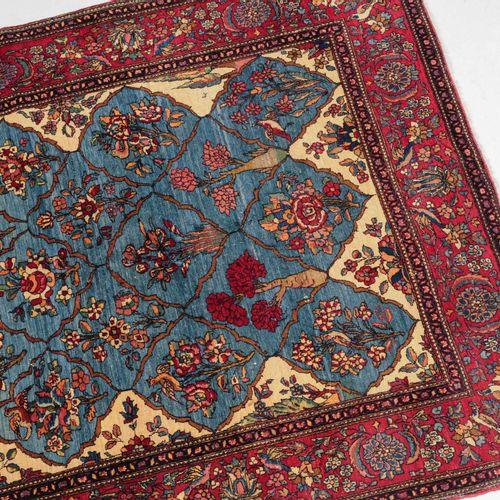 Isfahan 伊斯法罕  Z波斯,约1910年。 内部领域是罕见的浅蓝色,整个覆盖着装饰性的蜂窝状格子。各种设计和颜色的花卉图案和花束装饰着各个领域。2个丝状…