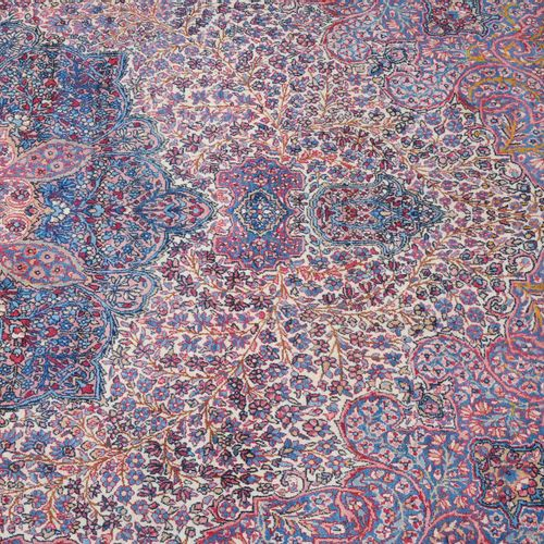 "KIRMAN Kirman  Z Persia, vers 1910. Surnommé ""motif millefleurs"". Un élégant méd…"