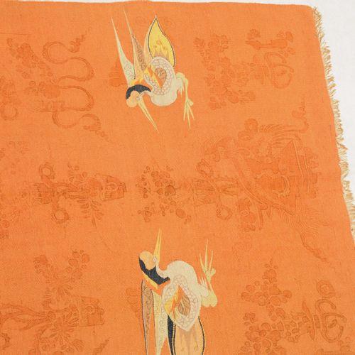 Mongolischer Wirkteppich 蒙古针织地毯  蒙古,约1940年,精细的编织。一只飞翔的仙鹤停在红地上的中央,两边是另外4只仙鹤和中国装饰。…
