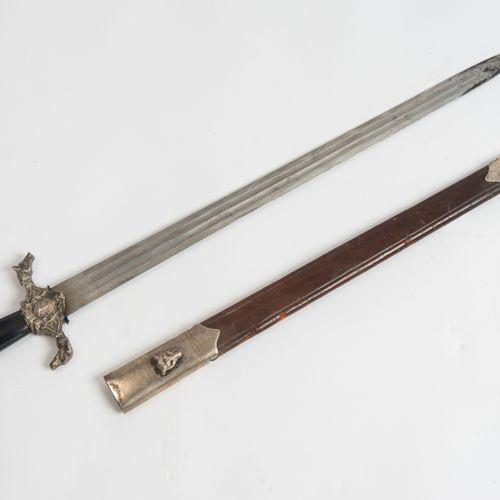 Hirschfänger 猎鹿人  中欧,约1870年。 镀银或镍银刀柄,刀柄上有浮雕装饰,刀尾是狗头和狼头。中铁第三面的大帆船的代表。牛角的刀柄上有四条纵向的…