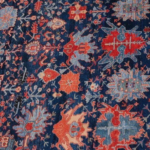 Azeri 阿泽里语  O 土耳其,约1980年。 午夜蓝色的中心区域装饰着华丽的赫兹叶子和藤蔓。宽大的红色十字叶主边框上有两个时尚的副边框。自然磨蚀。状况非常…