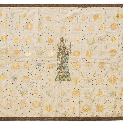 Altartuch 祭坛布  瑞士,格劳宾登州,约1700年,小的补充。金属线和彩色植绒丝,部分采用铺设技术,在灰米色的亚麻布上。细小的卷须上有花和石榴。玛丽站…