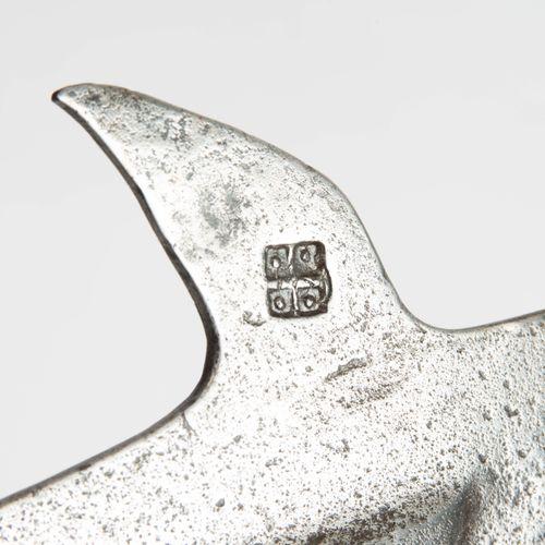 Halbarte 半胡须  瑞士/南德,15世纪。 铁器(长52厘米),至少由三块最初的碎片(刃口、喙钩、点/刀身)锻造而成,有平锻的点、直斧的刃口和喙钩;有明…