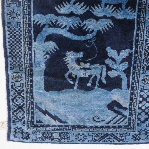 Pao Tao Pao Tao  Mongolie du Sud, vers 1930. Le fond bleu foncé présente un moti…