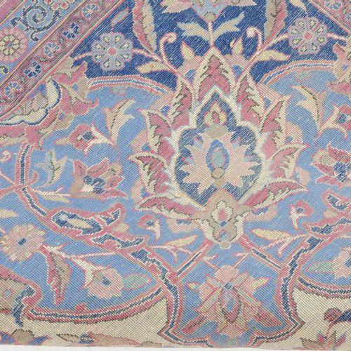 KASHAN 卡山  Z波斯,约1910年。 软木羊毛堆积材料,丝花。米色领域包含一个精致的钻石奖章,有2个流线,周围密密麻麻地画着精细的花卉组合,装饰性地排列…