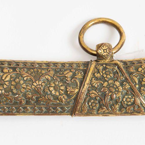 Knaben Säbel Knaben Säbel  Indien, 19. Jh. Gefäss aus floral punziertem und grav…