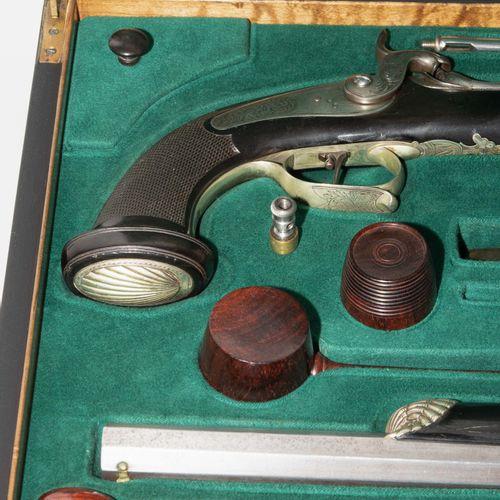 Perkussionspistolen Paar im Kasten 一对装在箱子里的打击式手枪。  日内瓦,1830年左右,一个军官的私人武器。八角形枪管(2…