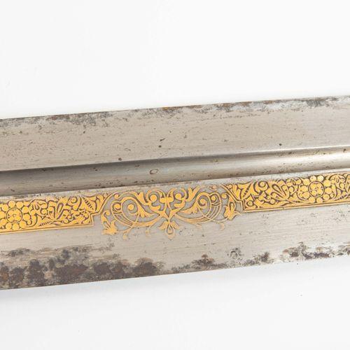 Kurzschwert, Kindschal 短剑,亲属围巾  高加索地区,19世纪。 刀柄上有牛角柄的鳞片,正面有精细的镀金铆钉板和头。侧面的盘子也用koft…