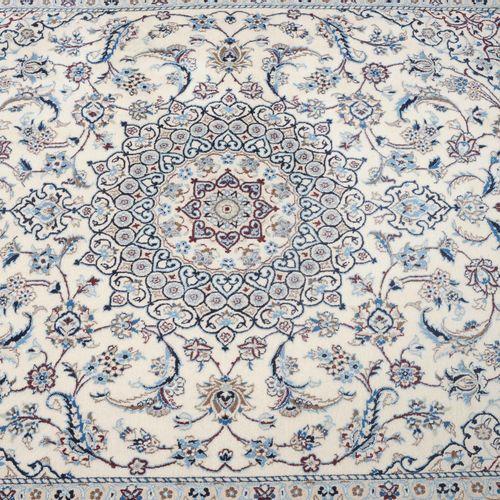 NAÏN Nain  Z Perse, c. 1990, tissage très fin. Un léger médaillon circulaire à 1…