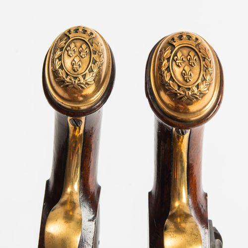 Steinschlosspistolen Paar 一对燧发枪  法国,约1814年。 属于皇家骑兵卫队军官的一对手枪。圆桶(长20厘米),口径17.1毫米。桶…